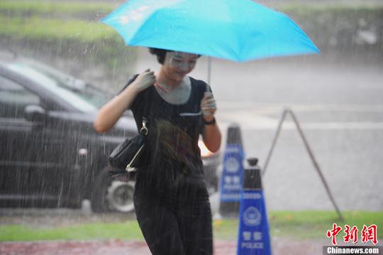 8月31日下午,深圳市气象台发出黄色雷电、橙色暴雨信号,市区再次出现强降雨,气候突变给市民出行带来不便。中新社发 陈文 摄