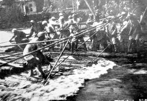解放军一兵团在临洮附近的洮河上架设浮桥