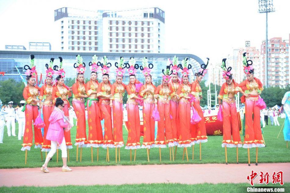 第十二届全运会开幕式幕后花絮 来自海城高跷队的演员在开幕式演出前