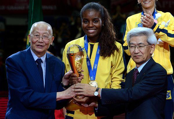 图文:[大奖赛]女排0-3巴西 魏纪中给巴西颁奖