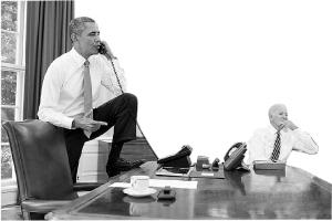8月31日,奥巴马一脚踩着桌子与众议院发言人约翰・博纳通电话商讨叙利亚问题