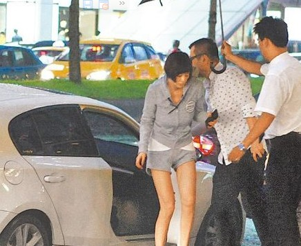 萧淑慎(左起)抵达神旺饭店,经纪人吴名远及饭店人员上前迎接。
