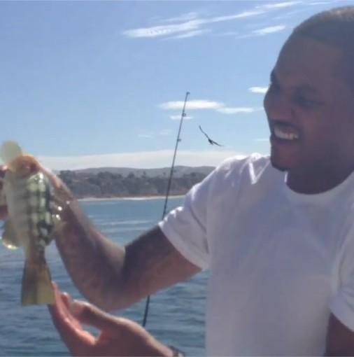 安东尼用手指当诱饵钓鱼