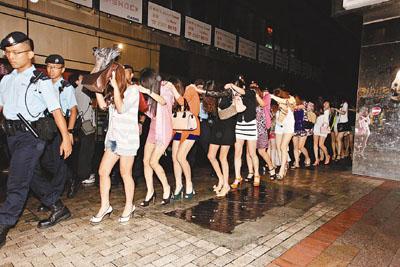 香港警方和入境处展开联合扫黄行动,突击搜查香港2间娱乐场所,拘捕32名疑涉卖淫活动衣着性感的内地女子。香港《文汇报》图