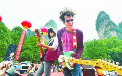 9月1日,美国鬼脸乐队在张家界国家森林公园老磨湾大氧吧广场为游客倾图片