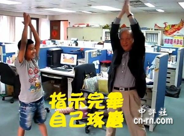 新党主席郁慕明亲自示范开合跳,影片爆红。