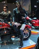 黑衣长腿机车女郎/帅哥演绎速度与激情!