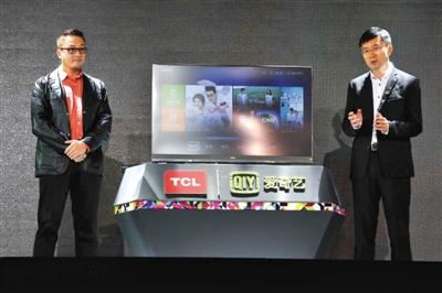 """TCL联合爱奇艺发布互联网电视,TCL多媒体CEO郝义(左)和爱奇艺CEO龚宇在发布会现场一起""""站台""""。 新京报记者 李飞 摄"""