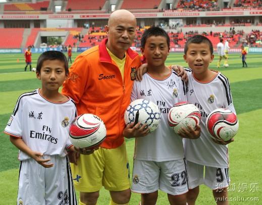 香港明星足球赛,熊欣欣与小球友在一起