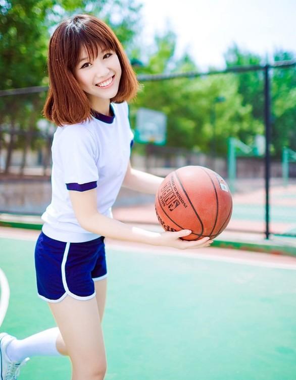 90后清纯美女校花跃动篮球场