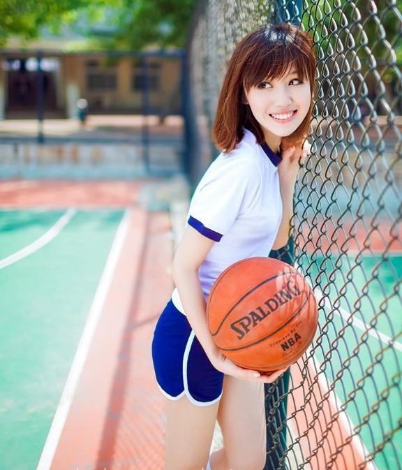 90后清纯美女校花跃动篮球场 属于青春美好瞬