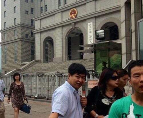 上午10:35分左右,苏顺虎律师和其家属从法院西大门出来。新京报记者 王贵彬 摄
