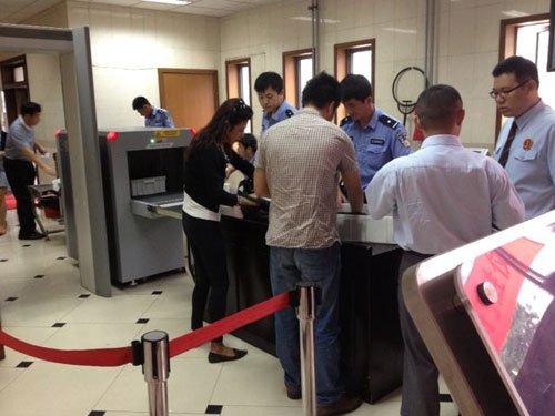 上午苏顺虎律师和其家属安检进入法院。新京报记者 王贵彬 摄