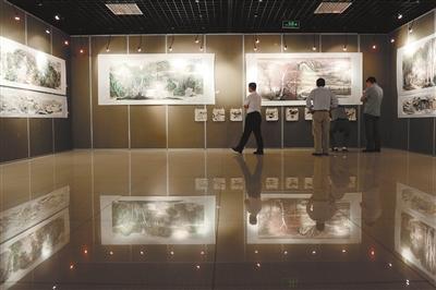 9月3日,银川美术馆,市民在参观纪念毛泽东诞辰120周年书画展.图片