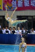 图文:花样游泳集体项目决赛 江苏选手跃出水面
