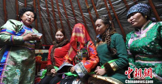 蒙古族土尔扈特部落展示姑娘要出嫁的情景。大家一齐唱送别歌。 确·胡热 摄