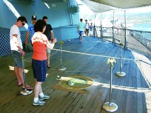 """原文配图:""""密苏里""""号战列舰上日本签订投降书的位置。"""