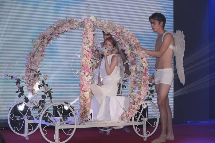 杨丞琳发片获半裸男天使献爱 称35岁是黄金婚龄