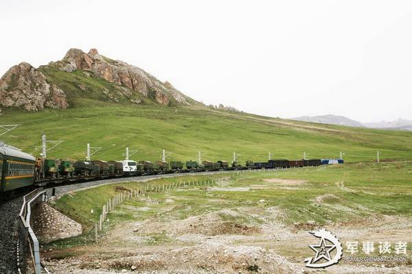 列车飞驰在荒芜的戈壁荒漠。