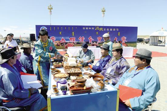 """8月31日上午,别具特色的""""蒙古族饮食烹饪大赛""""在达茂旗百灵那达慕会场隆重举行。本次大赛的主题以制作红食为主。"""