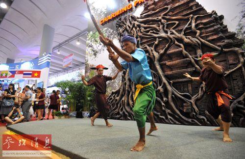 3日,在第十届中国-东盟博览会上,来自老挝的演员正在表演民族舞蹈。