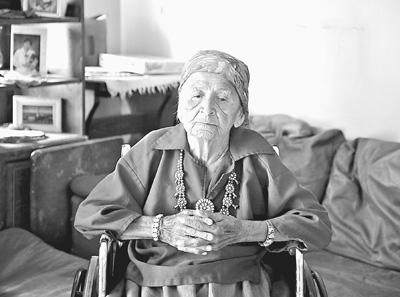 劳拉85岁的老母亲坐在轮椅上,一脸沧桑的老人无言地诉说着美国印第安人的悲凉。