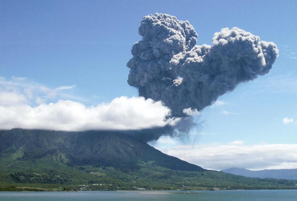 日本九州鹿儿岛县的樱岛火山4日上午11时再次喷发 。