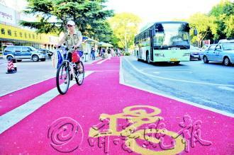 文化路 彩色/日前,文化路部分路段非机动车道铺设了彩色路面,颜色醒目。