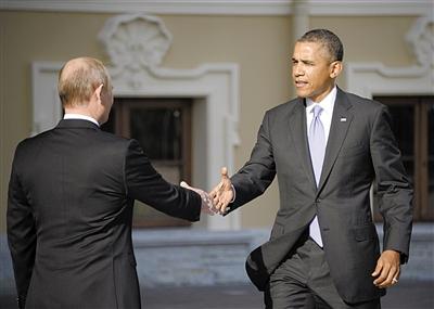 昨日,俄罗斯总统普京在康斯坦丁宫外迎接参加G20峰会的美国总统奥巴马,两人微笑握手。