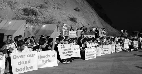 """""""人盾""""在卡松山上抗议美国。"""