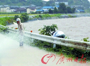 日本暴雨致公路积水严重。
