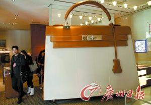 爱马仕专卖店内放置着一只巨大的该品牌包包。(图文无关)新华社发
