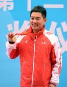 图文:男子飞碟双向颁奖 冠军王迎在领奖台上