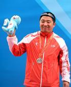 图文:男子飞碟双向颁奖 亚军刘健在领奖台上