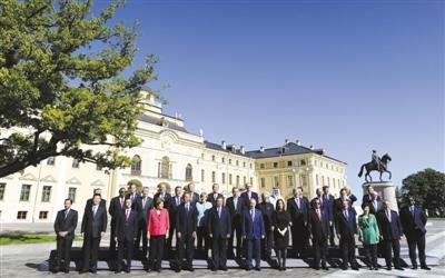 """昨日,二十国集团领导人第八次峰会闭幕后,出席峰会的各国领导人以及部分国际组织负责人照""""全家福""""。"""