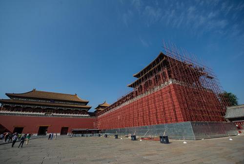 9月7日,工人在故宫午门东侧搭建用于维修的脚手架。新华社记者 罗晓光 摄
