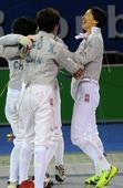 图文:全运佩剑女团决赛 上海队拥抱庆祝