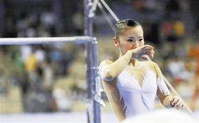 目女子高低杠决赛中出现掉