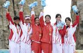 图文:帆船女子470级颁奖仪式 前三名六人领奖