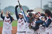 图文:女子垒球江苏队获得冠军 庆祝方式各不同