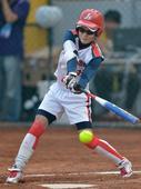 图文:女子垒球江苏队获得冠军 李欢比赛中击球