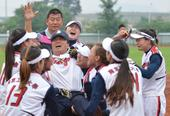 图文:女子垒球江苏队获得冠军 抛起主教练庆祝