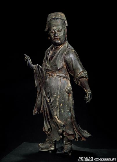 专家介绍,这尊青铜像制作精致,铜质细密,应是采用了中原传统...