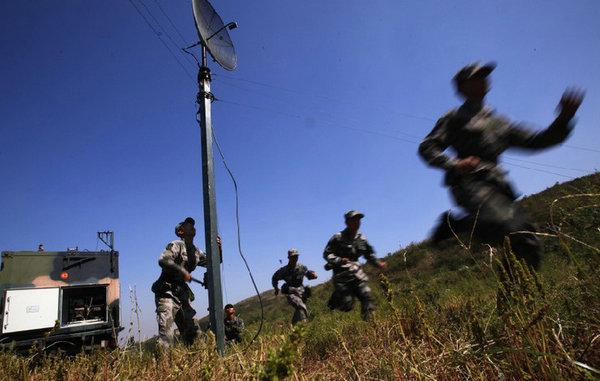 资料图:通信兵部队在进行野外作战演习。