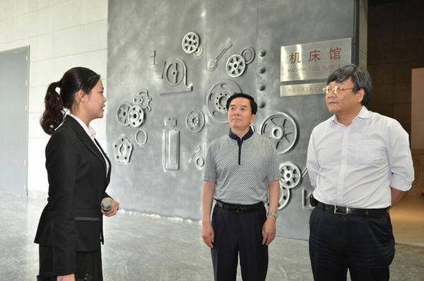 王郑生副书记参观辽宁沈阳中国工业博物馆。