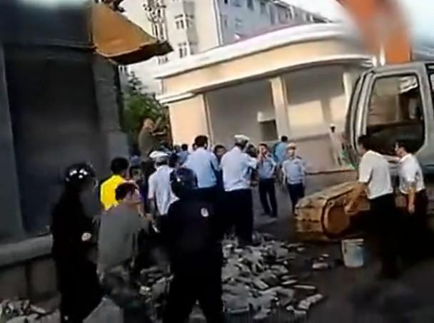 [转载] 青岛城管强拆军区大院 冲突后警卫室被拆(组图