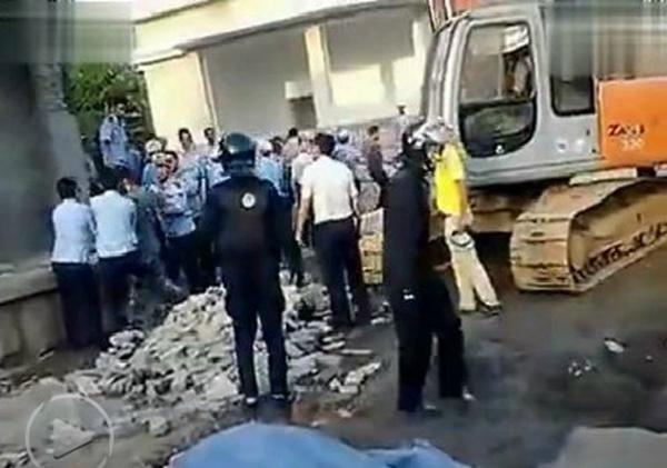 [转载] 青岛城管强拆军区大院 双方爆发冲突大打出手