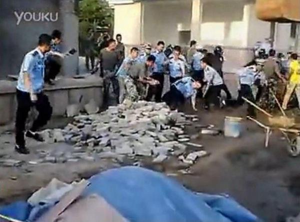 [转载] 青岛城管强拆军区大院 现场曝光一片混乱(图)