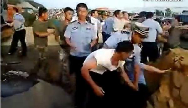 [转载] 青岛城管强拆军区大院 现场爆发激烈冲突(图)
