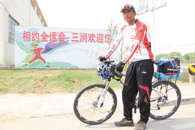 张桂林骑车来到大连,就为观看垒球比赛